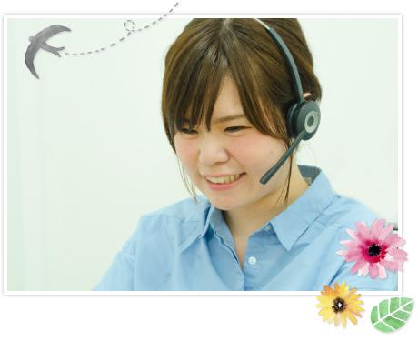女性オペレーターが笑顔で楽しそうに話している写真。